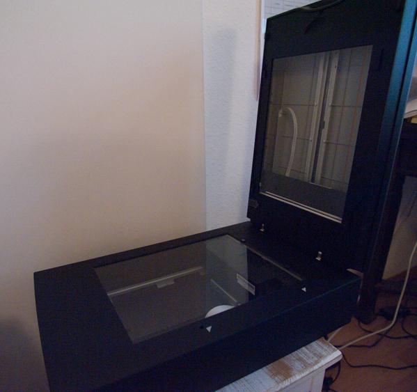 aufgeklappter Filmscanner mit Durchlichteinheit